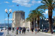 Havnepromenaden og fortet i Trogir