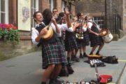 Skotter i kilt spiller på gaden