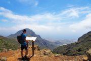 Vandrer orienterer sig ved skilt højt hævet over Garachico Tenerife