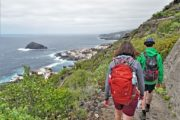 Vandrere på vej ad sti langs kysten mod byen Garachico
