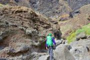 Vandrer på vej gennem vulkansk landskab