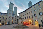 Klassisk toscansk by med en brønd på torvet.