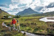 Vandrere i grønt landskab på West Highland Way