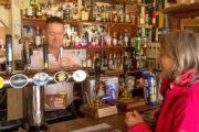 Vandrer får sig en fadøl på en pub på West Highland Way i Skotland