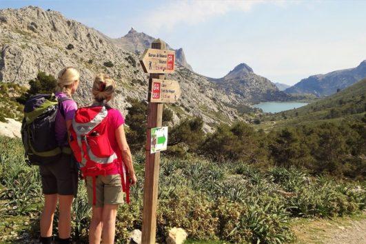 Vandrere med udsigt til vandreservoir i bjergene