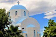 Klassiske hvidkalket kirke med blåt tag