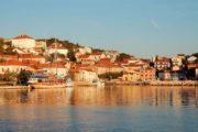 Kroatisk kystby i solnedgangen