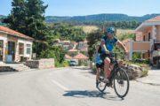 Cykling gennem Jelsa på øen Hvar