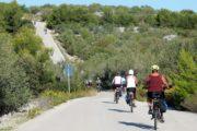 Cyklister kører ned ad bakke og op ad bakke