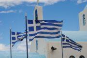 Det græske flag der vajer ved en kirke