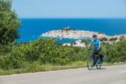 Cyklist og udsigt til halvøen Primosten