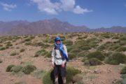 Klædt på som beduin med blåt tørklæde