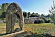 Stenbro og stenskulptur