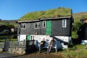 Afslapning i aftensolen i færøsk bygd