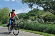 Cykling langs floden Mosel med udsigt til landsbyer og borg