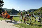 Cykelpause med flot udsigt til floden, skovene, landsbyer og borge