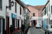 Brolagte smalle gader og farverige huse i den hyggelige by Machico