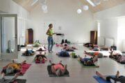Elsebeth instruerer i yoga